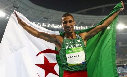 Makhloufi arborant fièrement l'emblème national. D. R.